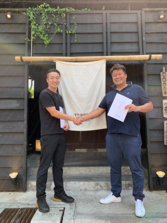 てっぺんタイランド 柳本貴生社長(左)とドラゴン・アローの吉田康章常務(右)