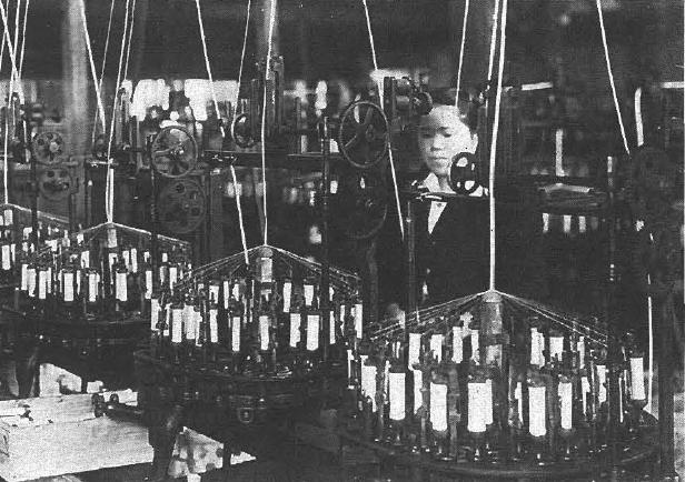 軍需工場として機能していた昭和17年ごろの梁瀬工場 (パラシュートの紐の製造工程)