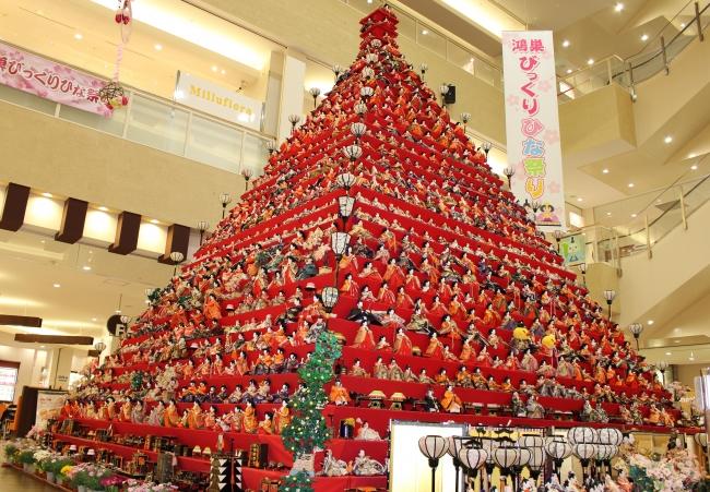 エルミこうのすのひな壇はピラミッド型としては日本一の高さ。イベント前日に、職人や実行委員会、ボランティアが一体一体手作業で飾ります(昨年撮影)