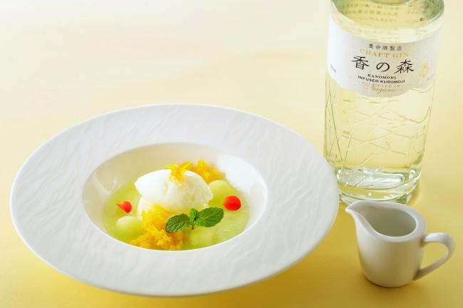 流 特製デザート、「香の森」が薫るパンナコッタとヨーグルトソルベ。 「香の森」は国産香木クロモジを使用した養命酒製造株式会社のクラフトジン。