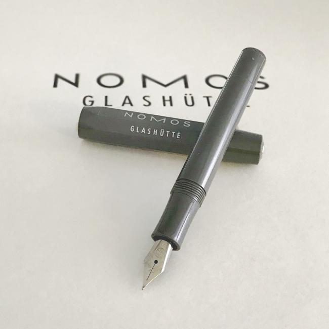 ノモスと同じドイツで、1883年に創業した老舗ブランド、カヴェコ社の万年筆。1912年に発売された「カヴェコ・ スポーツ」の復刻版としてレトロなたたずまいが特徴。