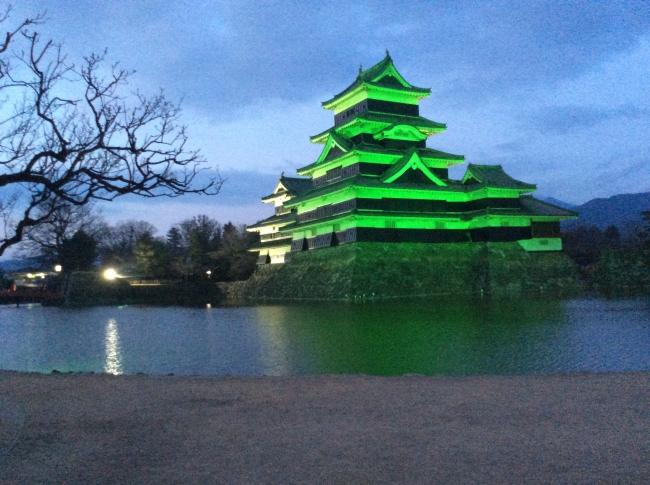 2018年世界緑内障週間に、グリーンにライトアップされた松本城