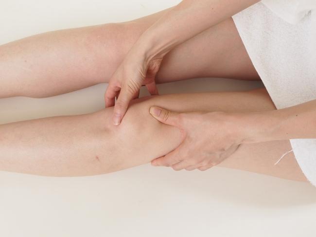 の お が 膝 痛い 皿 【ひざ痛は治せる】膝のお皿が痛い人は簡単運動「皿押しスイング」を。改善者多数 カラダネ