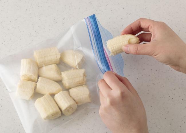 完熟バナナを一口大にちぎり保存袋に詰めて冷凍庫へ。冷凍バナナを使います。