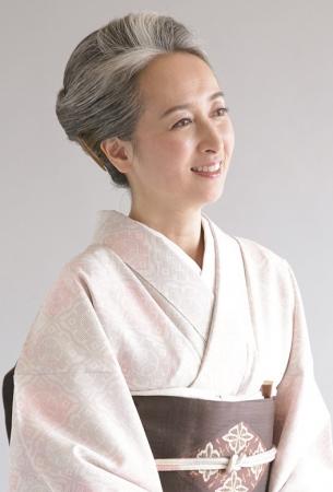 3年前、47歳で白髪染めをやめた、近藤サトさん(50歳・フリーアナウンサー)。