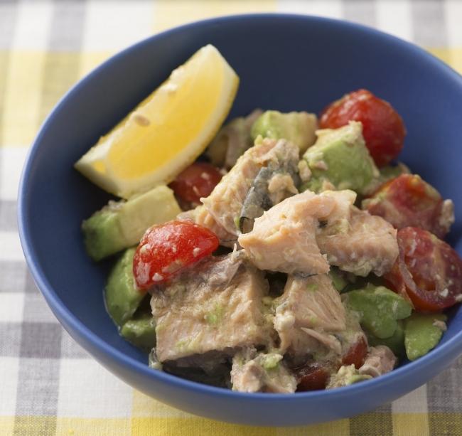 鮭水煮缶とアボカド、ミニトマトのサラダ(糖質量4.5g)