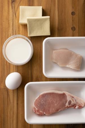 たんぱく質は、肉や魚、卵、乳製品、高野豆腐など