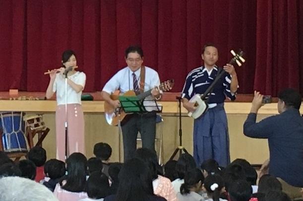 和楽器奏者とギターでコラボ演奏する佐次田 誠 校長先生