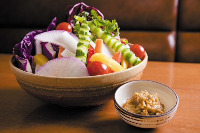 6階 宮崎料理 万作 本日の有機野菜盛り合せ ~はだか麦味噌を添えて~ 1,166円(税込)