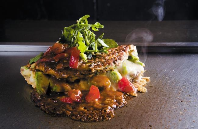 7階 鉄板焼 お好み焼 かしわ アボカドチーズの美麦 お好み焼き ~トマトデミグラスソース~ 単品1,490円(税込) ランチセット 1,680円(税込)