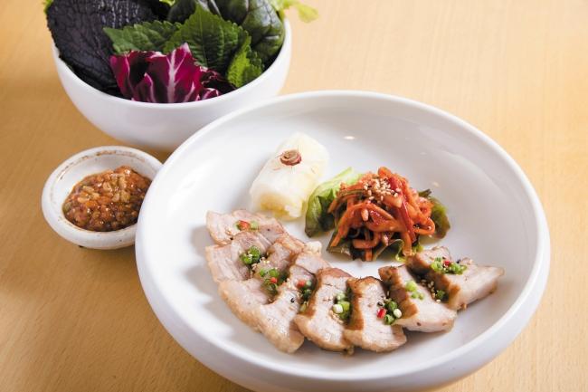6階 渋谷 水刺齋(シブヤスランジェ) はだか麦味噌漬け 韓方ゆで豚肉 ポッサム ~葉物野菜付き~ 1,580円(税込)