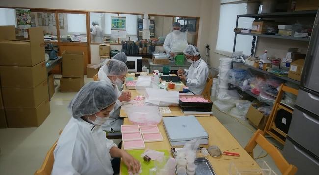 石鹸工場の作業風景です。 こうして一つひとつが手作りで作られています。