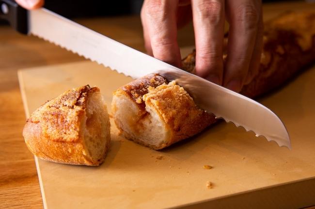 焼きたてのパンに博多名産の辛子明太子の自家製ソースをサンドした明太フランスパン