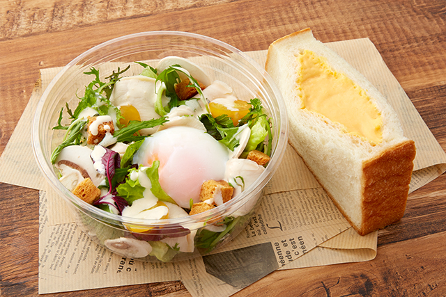 しっとりと蒸しあげた若鶏と温泉卵、パルメザンチーズのシーザーサラダと「こだわり玉子のサンドイッチ」 1,250円 (税込 1,350円)