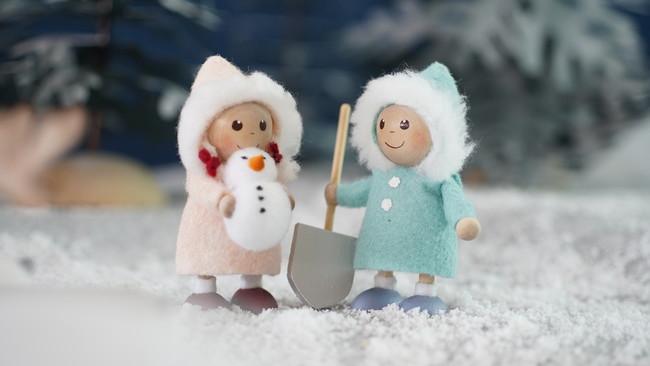 雪遊びをする小さな男の子と女の子