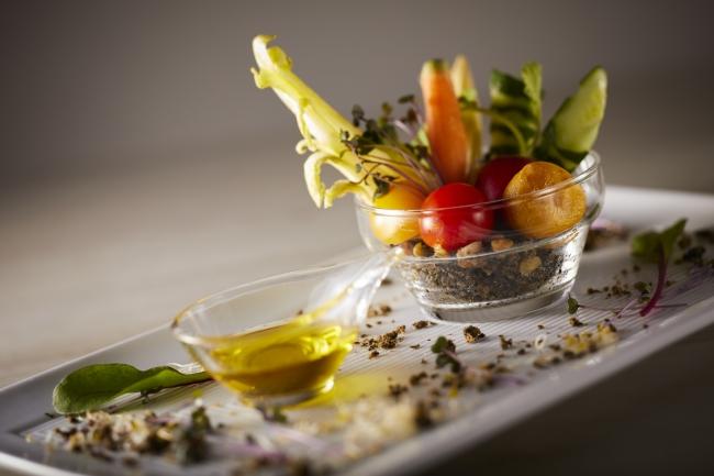 ミニ野菜の盛り合わせ乾燥オリーブを土に見立てて 700円