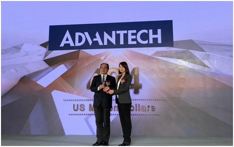 アドバンテック インダストリアルIoTグループ社長 Linda Tsai(写真右)のインターブランド受賞式での様子