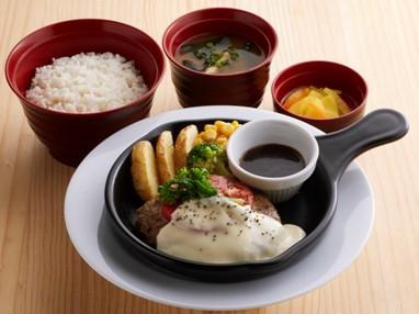 とろけるチーズの プレミアムハンバーグ定食 ¥859(税込¥944)