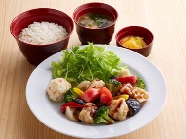 彩り野菜と若鶏の黒酢あんかけ定食 ¥699(税込¥768)