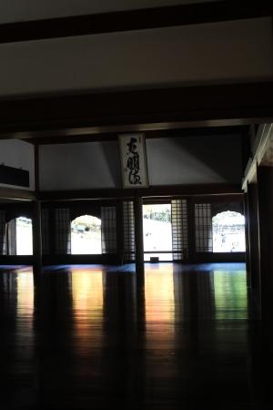 「閑谷の奇跡!」 漆塗りの講堂の床に映る3色の光は、まるでさざ波のよう