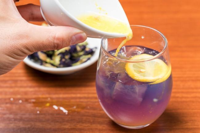 レモンを加えるときれいな紫色に!