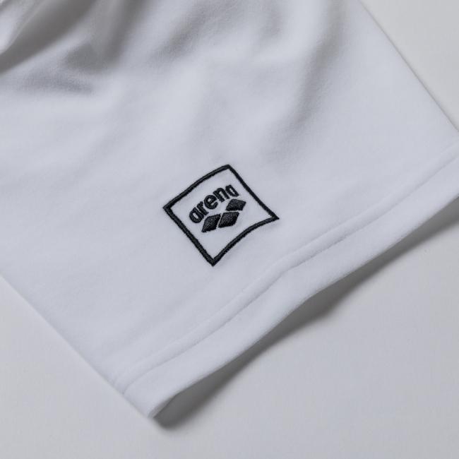 「アリーナ」ブランドロゴを配置