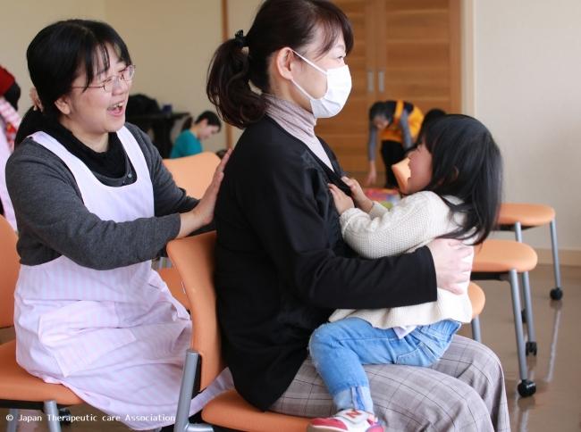 子どもを抱っこしたままでも受けられる。
