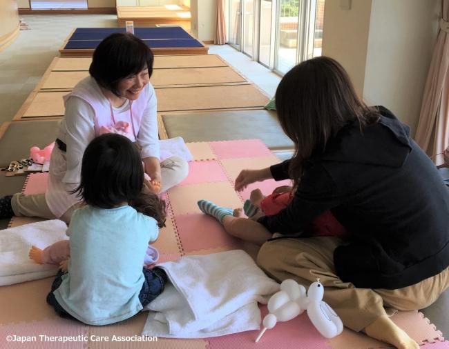 ふれあいによって親子の絆をはぐくむ「インファントセラピー」。わが子とのふれあいの方法として、ワークショップで若いママに伝えている。