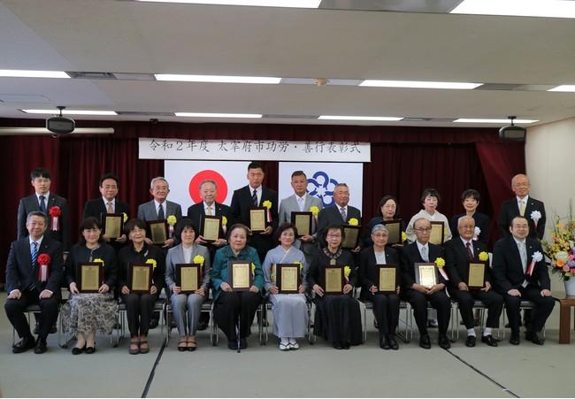 市長、副市長、教育長、他の受賞者の方々とともに(前列中央)
