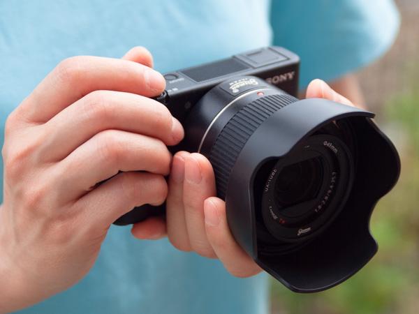 一眼レフカメラと同じようにカメラブレのない安定した持ち方ができます。