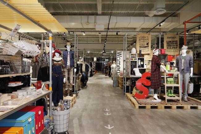 オフプライスストア 「アンドブリッジ」西大宮店 全景。 開放感のある店内に、国内外の人気ブランドのバイイング商品が並ぶ