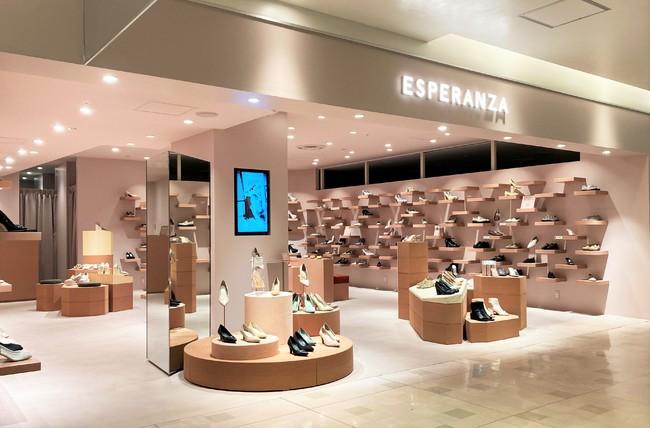 新たな店舗内装は、「エスペランサ」のシューズを履いて出かけた風景をイメージ。 ゾーンごとに高さや配置の暖急をつけ、カラーもコルクのピンクベージュをアイコンに。(ルミネエスト新宿店)