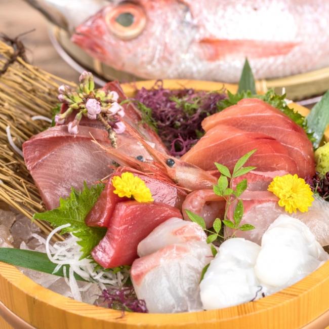 お刺身の盛り合わせ...その日の仕入れによって5種~7種の鮮魚の桶盛り。