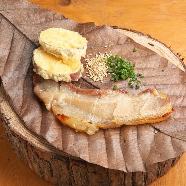 能登豚の西京漬け...西京漬けにした能登豚バラは、弾力のあるもちもち食感。 ネギと胡麻、付け合わせの五郎島金時の天ぷらと共にお召し上がりください。