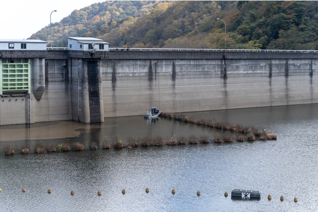 調査中のダム全景