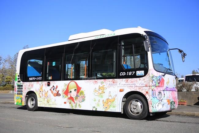 高橋さんデザインのコミュニティバスが市内で運行