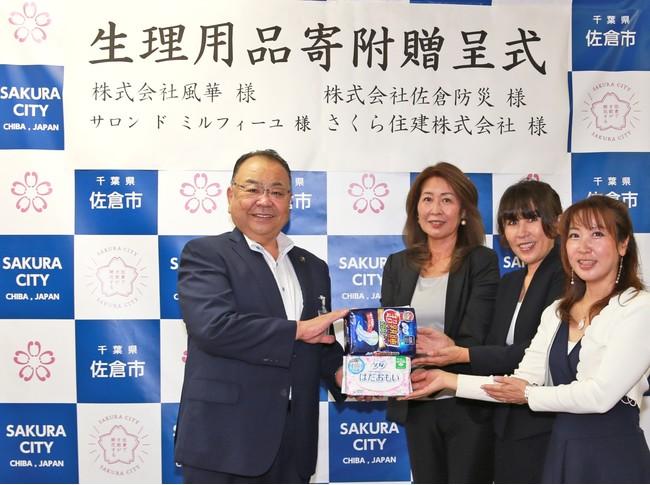 贈呈式の様子(向かって左から、西田市長、木立代表取締役社長、秋山代表取締役、松本代表)