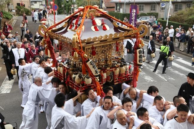 「明神祭りさらば久しい」の掛け声とともに担がれる大神輿