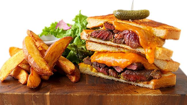 BBQビーフステーキとチェダーチーズのサンド 1480円
