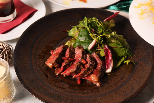 牛リブロースのタリアータ ザクロソースとハーブサラダ