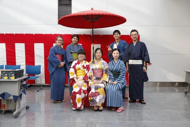 昨年の浴衣着付けサービスには外国人留学生も多数参加