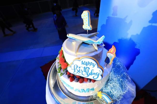 1周年を記念して特製のバースデーケーキが用意された