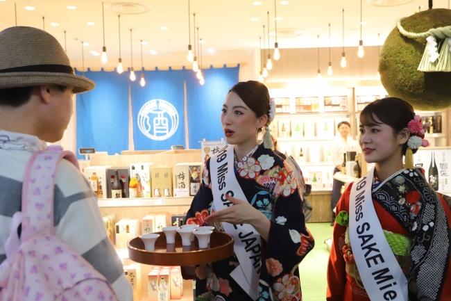 ミス日本酒らによる試飲会も行われ出発便を待つ搭乗客らが日本酒を味わった