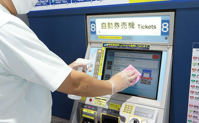 空港アクセス事業者でも感染症対策のための消毒作業が日々行われている