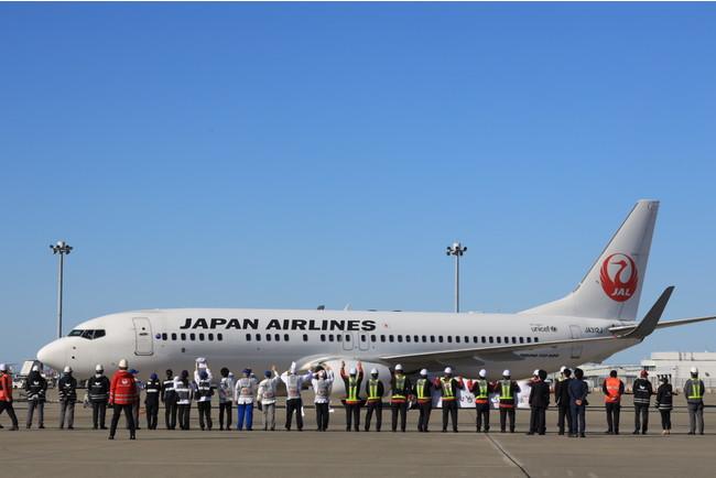 JALや機内食工場スタッフらに見送られ出発するJL4981便