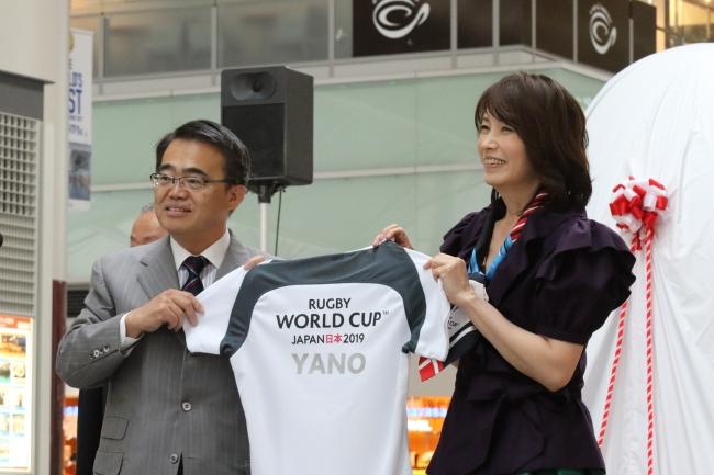 RWC2019(TM)開催都市特別サポーター就任を記念して大村愛知県知事より矢野きよ実さんに記念ジャージが贈られた