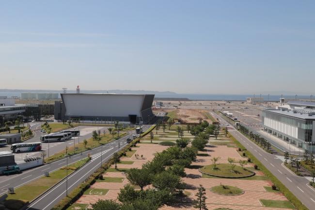 新ターミナルビルおよび複合商業施設「FLIGHT OF DREAMS」の建設工事が進む空港島南側
