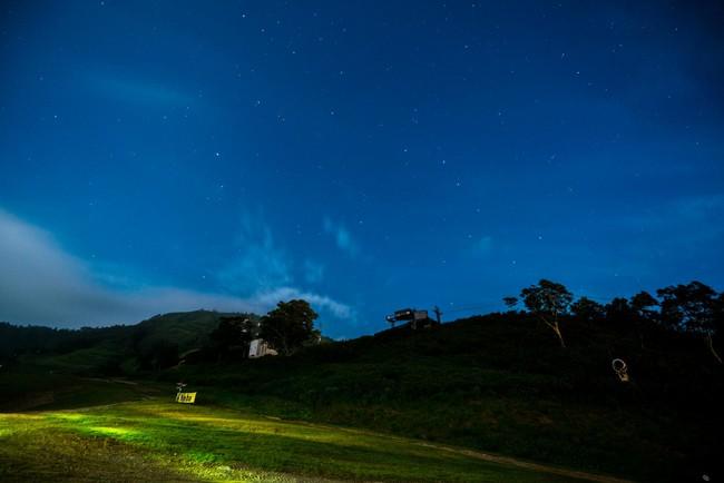 山頂から見える星空イメージ