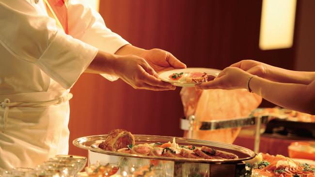 小分けにしたお料理やシェフの取り分けサービス等、カフェテリア方式を取り入れたディナーブッフェと屋台飯