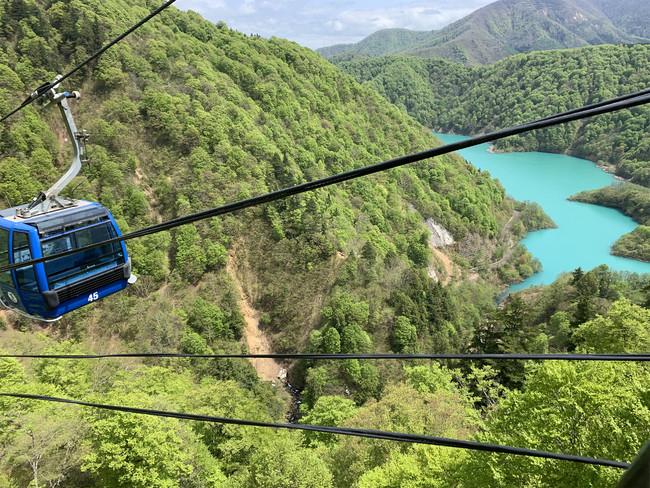エメラルドグリーンの色をした二居湖(ふたいこ)